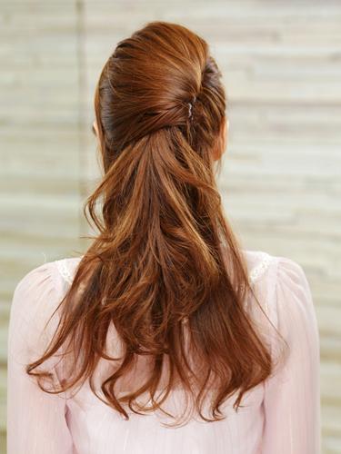 ちょっぴり変形アレンジしたハーフアップの夜会まきです。一見難しそうに見えますが耳から上の髪の毛を下向きにねじってピンで固定しましょう。