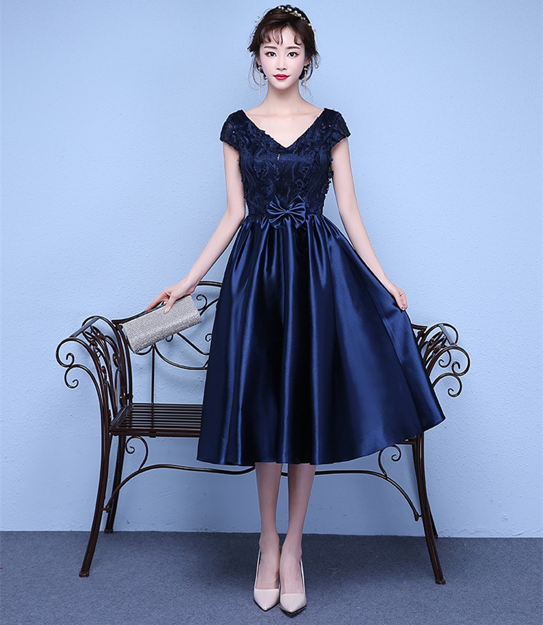 4622129e0a723 ネイビーのシックなカラーが上品で大人っぽい人気の結婚式ドレス。膝が隠れるフォーマルなシルエットで、今流行りの袖付きタイプのワンピースはボレロ無しでも結婚式に  ...