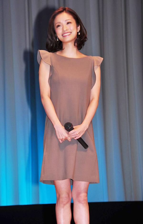 d747f18ffeed4 シンプルで上品なピンクベージュのパーティードレスを着用した、女優の上戸彩さん。落ち着いたカラーなのにとっても華やかに見えるのは、動きのあるラッセルフリル袖  ...