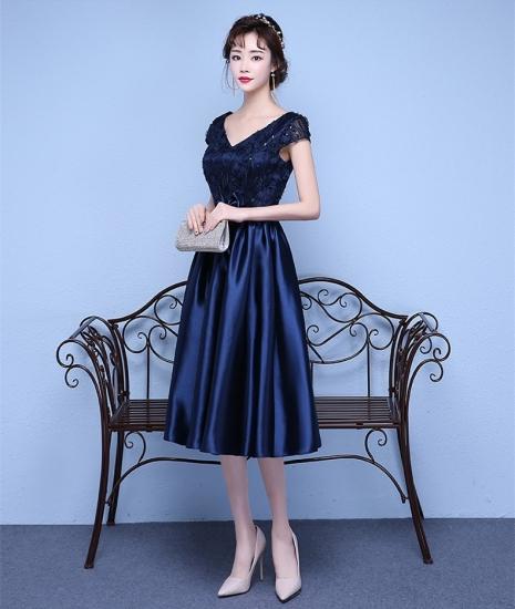 露出を控えたフォーマルな結婚式ドレス。膝丈などもきちんと隠れるのがフォーマルの条件です。こちらのドレスは親族の結婚式におすすめのシンプルな上品な袖あり