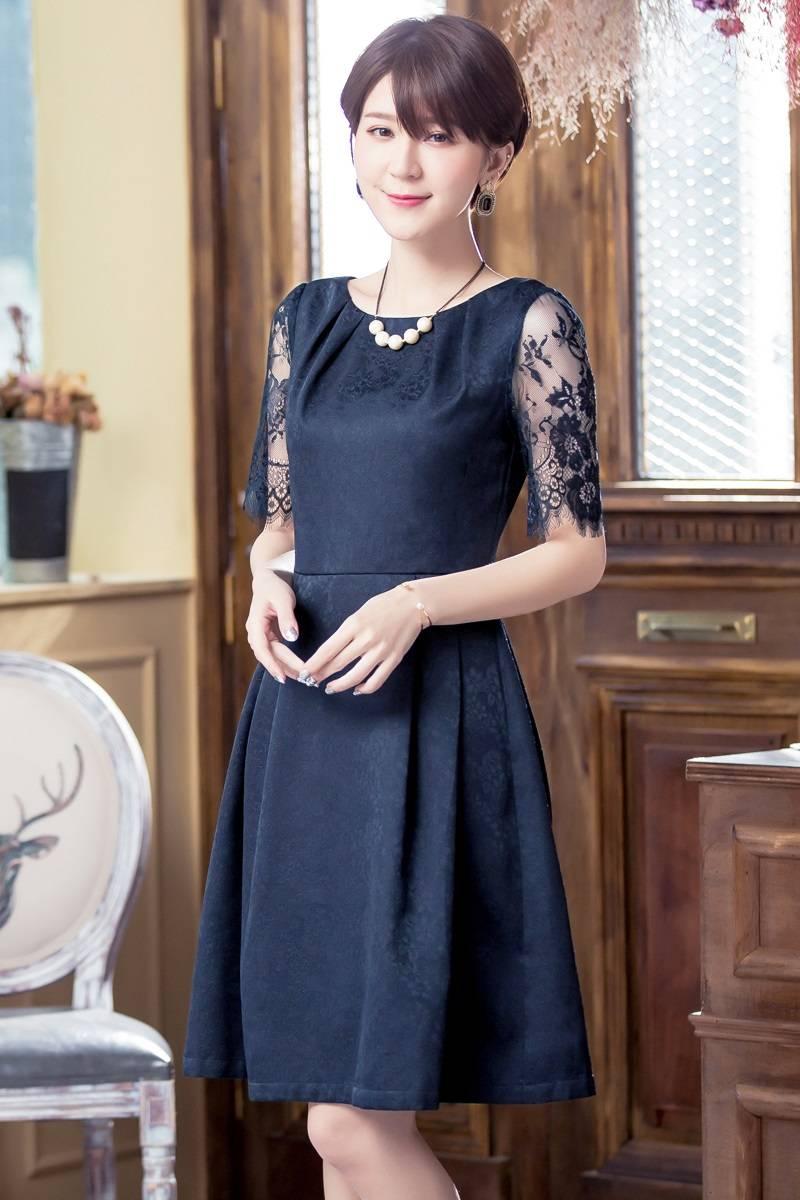 849792b869185 レーシーで繊細なデザインが人気のネイビーの袖あり結婚式ドレスです。透け感のあるレース袖が、女らしい印象に。シンプルで華やかな1枚で、結婚式のお呼ばれ ドレス ...