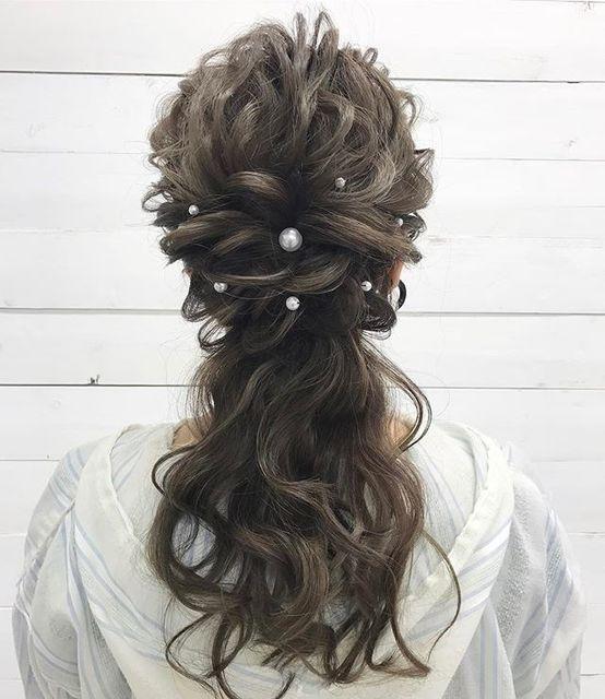 では、ダウンスタイル同様髪の毛が垂れるヘアスタイルであるハーフアップはどうなのでしょうか。結論からいうと、結婚式でハーフアップのヘアスタイルはOK