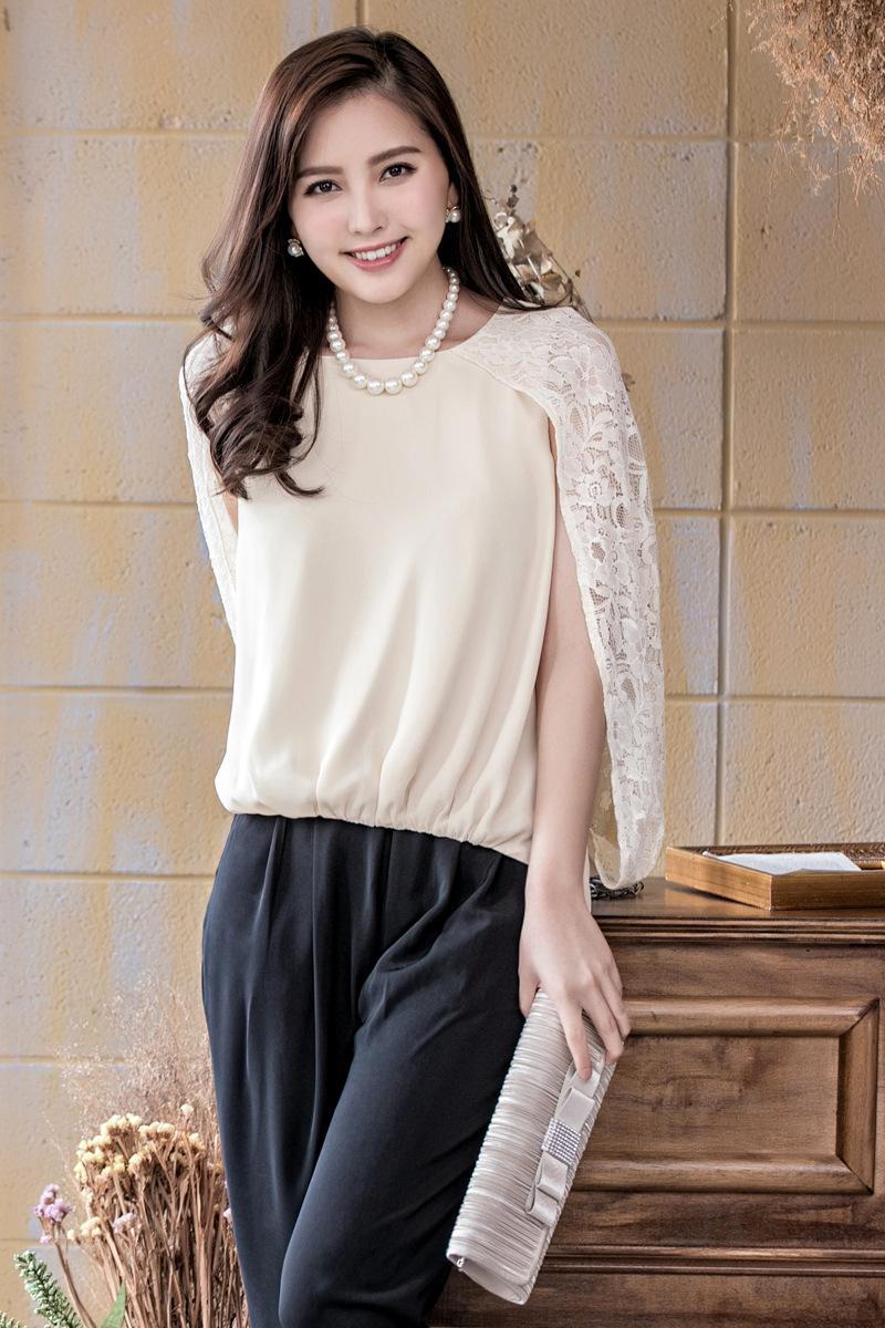 813dfadc81720 トレンドのケープ袖のパンツドレス。ケープ袖部分がレースで、ほどよく華やかで女の子らしいデザイン。大人可愛いパンツドレスです。