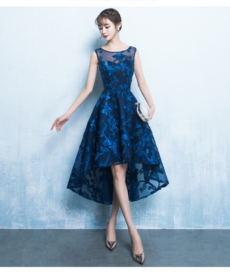 背が低く、ぽっちゃりした体型の方は上半身にポイントを置いたAラインのドレスがおすすめです。Aラインなら上半身を華奢でコンパクトに見せてくれるうえ、ラインの縦長